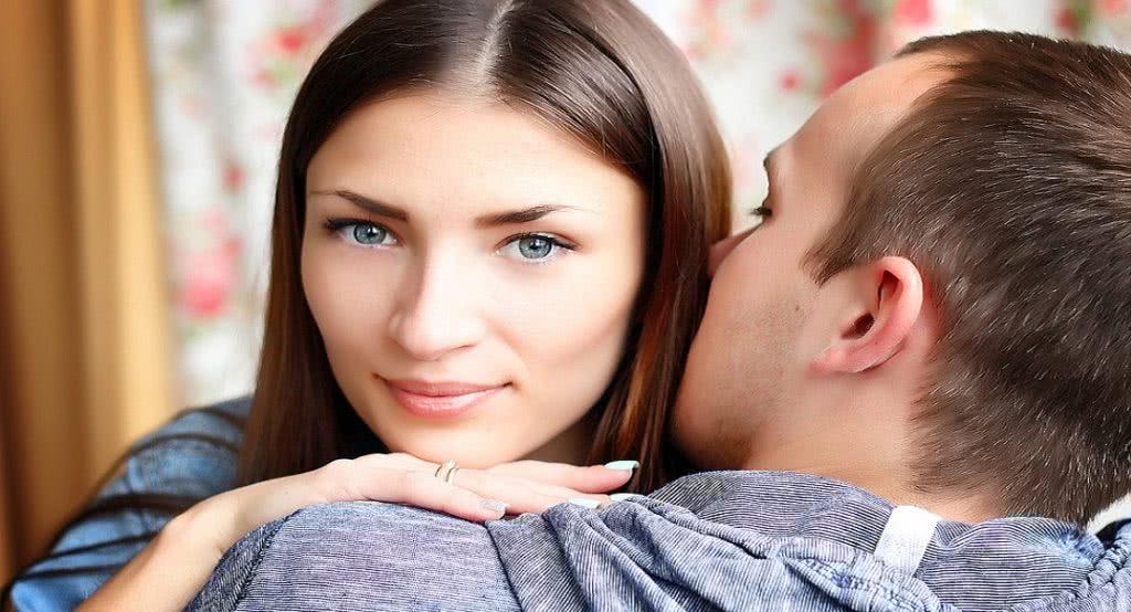 άνδρας φιλάει τα μαλλιά γυναίκας