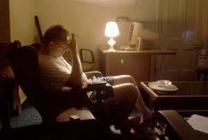 άνδρας με κατάθλιψη σε δωμάτιο καπνίζει