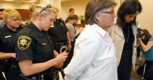 αστυνομικοί συλλαμβάνουν την Λίντα Χοβένσκυ
