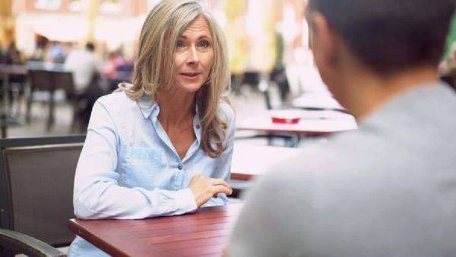 μητέρα με γιο συζητούν