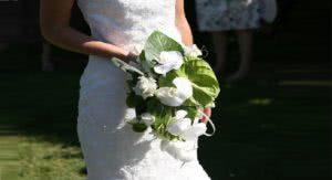 νύφη κρατάει ανθοδέσμη