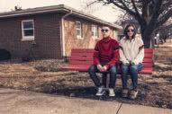 ζευγάρι κάθεται σε παγκάκι προβληματισμένο
