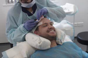 ο Τζέιμι Ριντ στο χειρουργείο για μεταμόσχευση μαλλιών