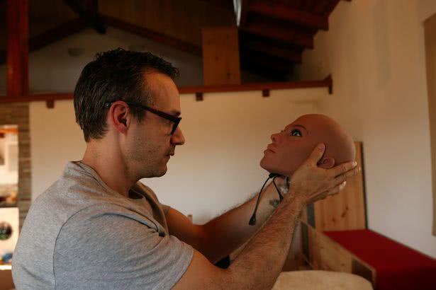 άνδρας κρατάει κεφάλι sex-robot