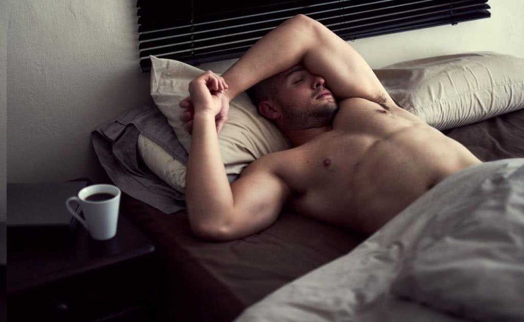 άνδρας κοιμάται σε κρεβάτι