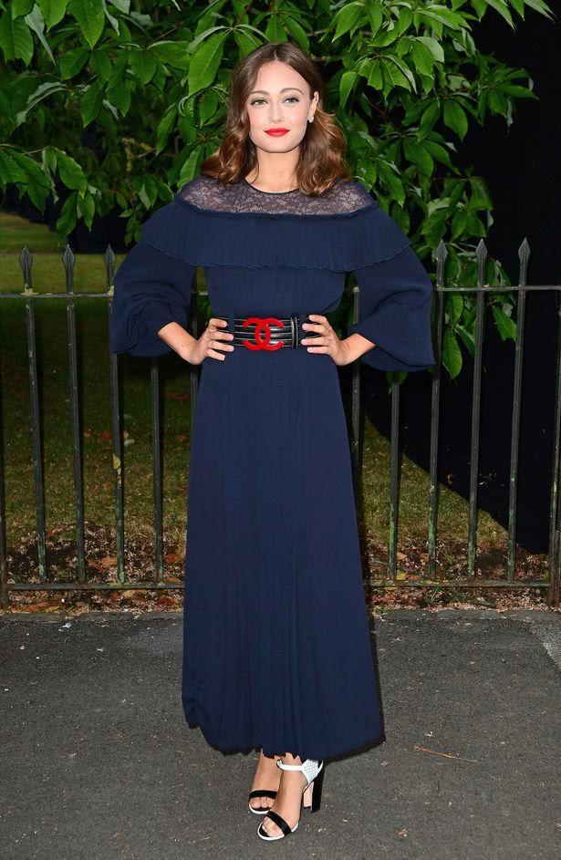 η Έλλα με μπλέ μάξι φόρεμα