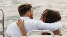 ένα ζευγάρι είναι αγκαλιά
