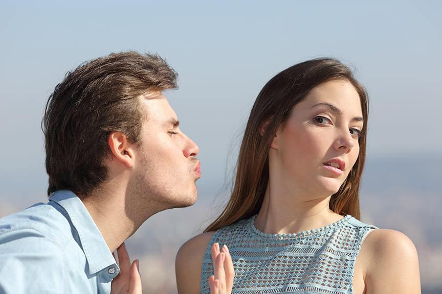 γυναίκα που αποφεύγει φιλί άνδρα