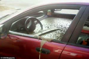 κόκκινο αυτοκίνητο γεμάτο με τσιμέντο στο εσωτερικό