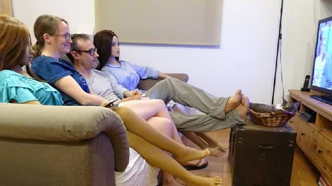 ζευγάρι και ρομπότ σε καναπέ