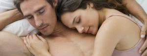 ζευγάρι κοιμάται στο κρεβάτι