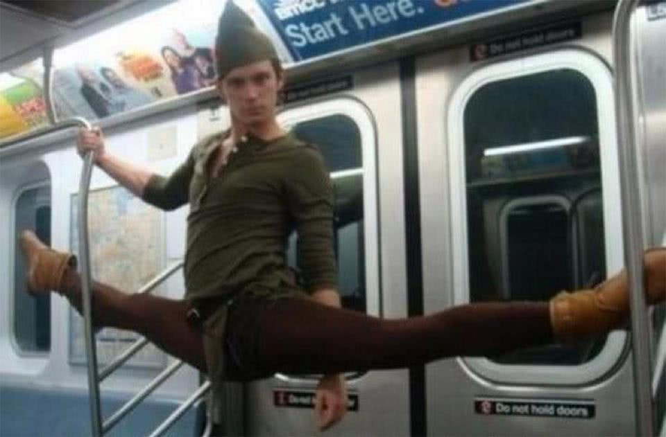 αγόρι κάνει σπαγγάτο στο μετρό
