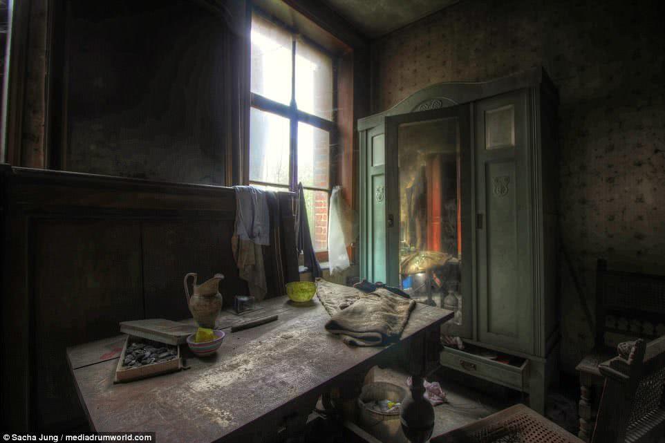 ακαταστασία παλιού δωματίου