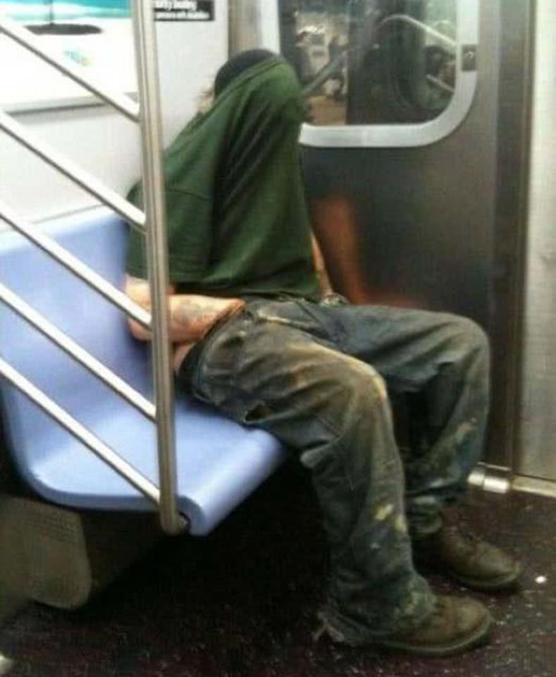 άνδρας αυνανίζεται σε τραίνο