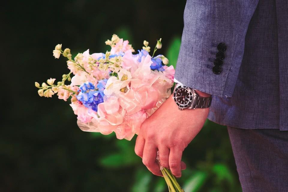 άνδρας με λουλούδια