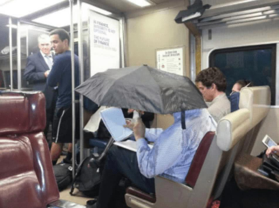 άνδρας με ομπρέλλα σε βαγόνι