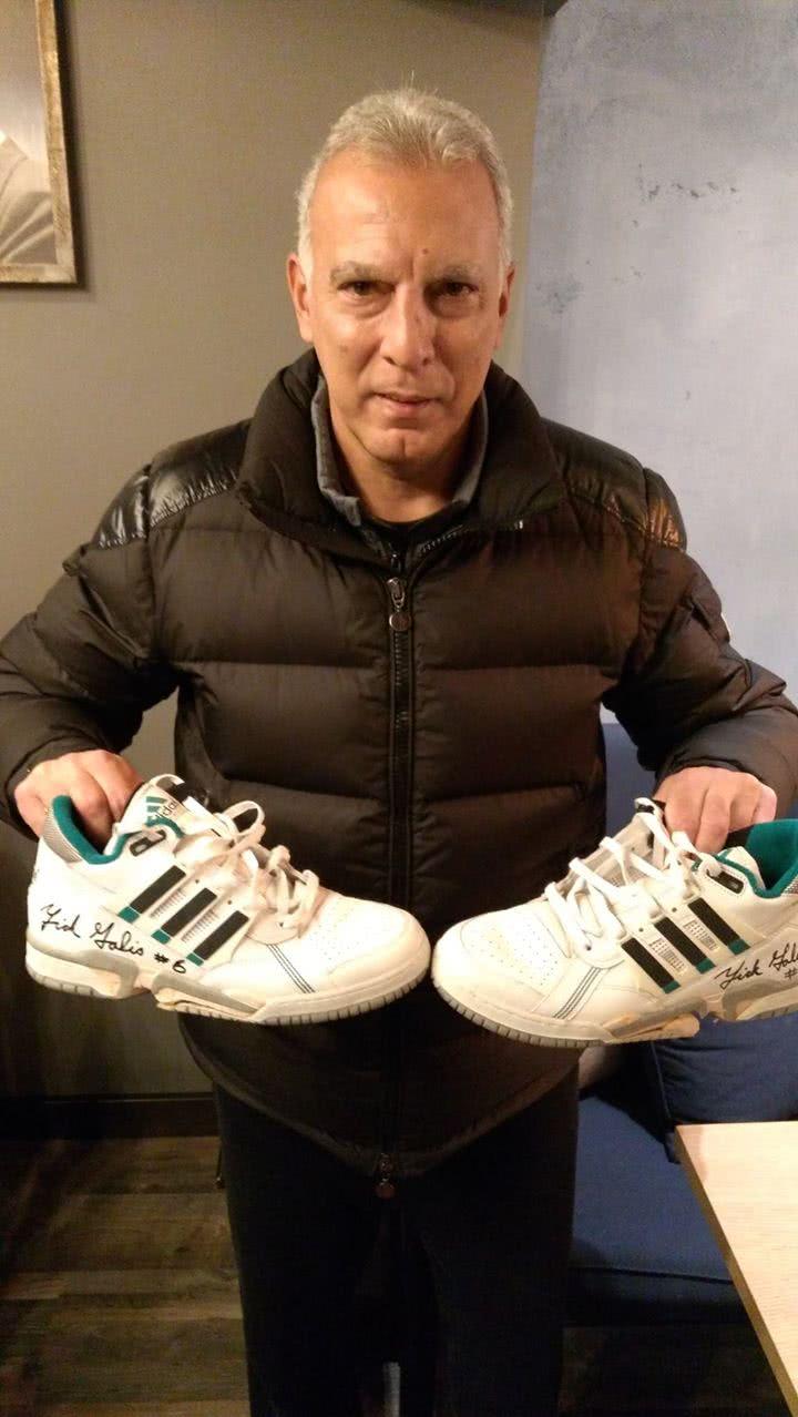 ο γκάλης κρατάει παπούτσια