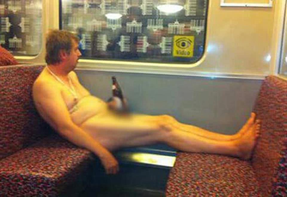 γυμνός άνδρας με μπύρα