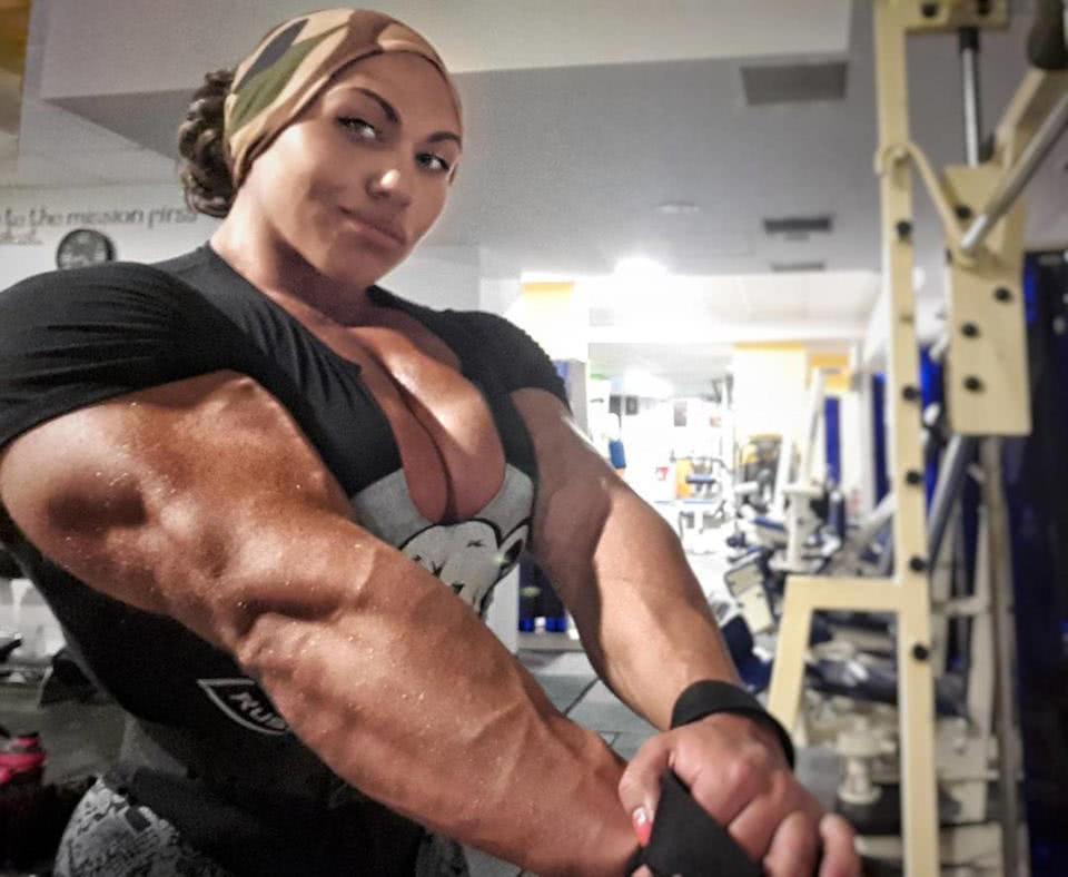 γυναίκα σε γυμναστήριο