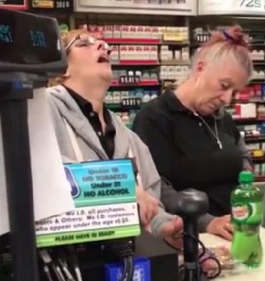 ηλικιωμένες δουλεύουν έχοντας πάρει ναρκωτικά