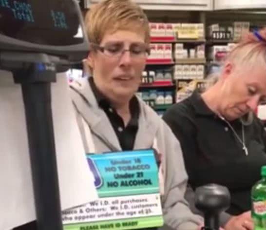 γυναίκες προσπαθούν να σταθούν όρθιες μετά την δόση τους