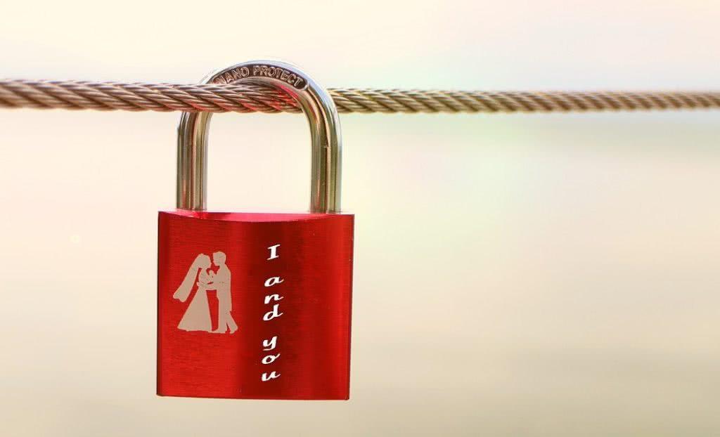 κόκκινη κλειδαριά με λογότυπο