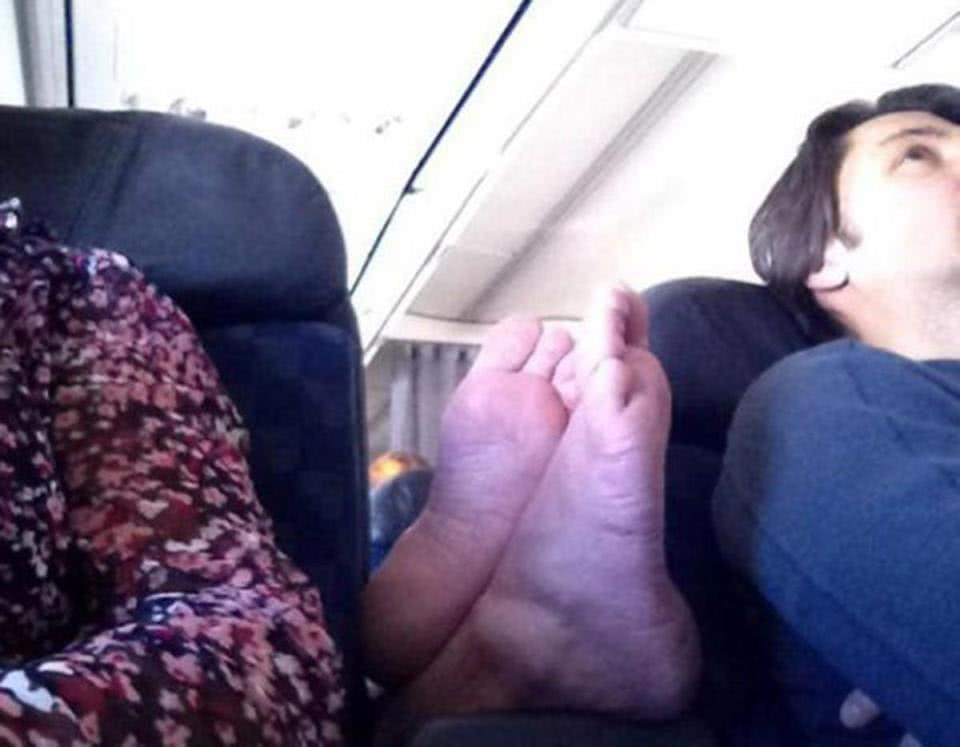 πόδια ανάμεσα σε επιβάτες