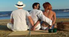 τρία άτομα σε παραλία
