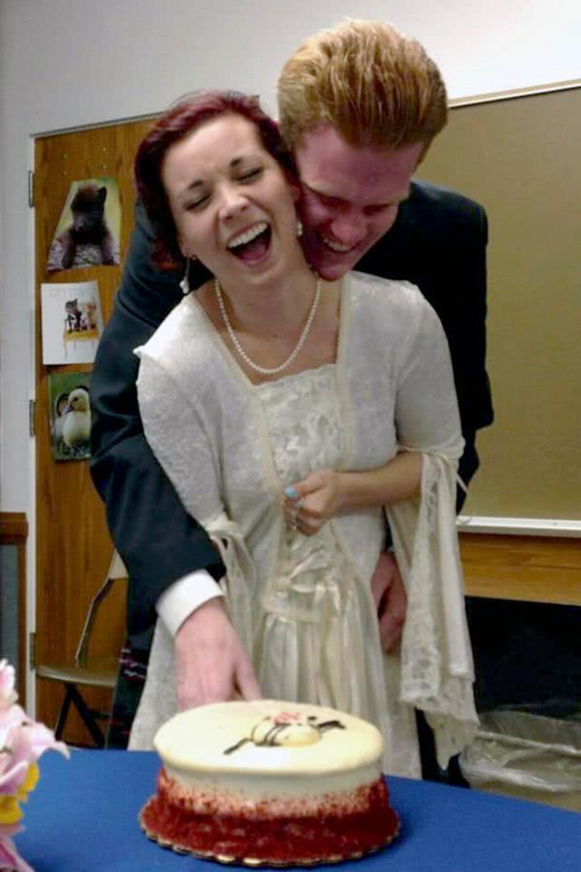 ζευγάρι κόβει τούρτα