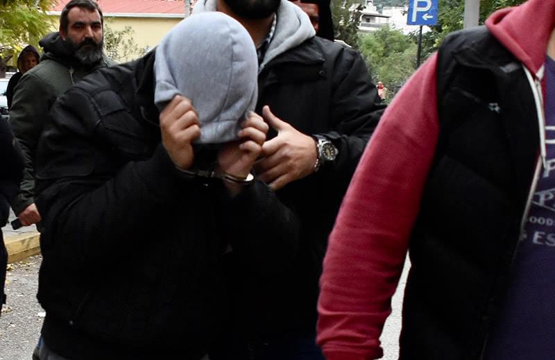 25χρονος κρύβει το πρόσωπο του