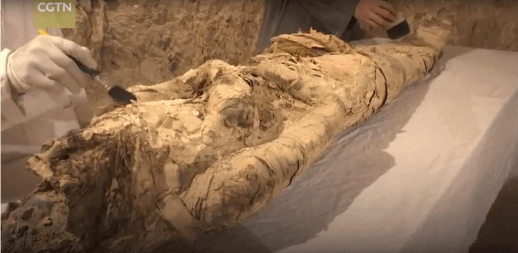 αιγυπτιακή μούμια με αρχαιολόγους