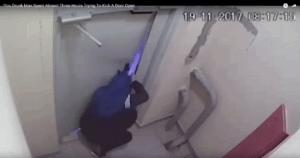 άνδρας ανοίγει πόρτα