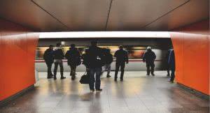 επιβάτες στο μετρό