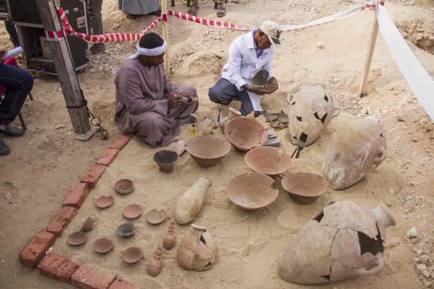 εργάτες επεξεργάζονται αρχαία