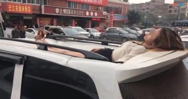 γυναίκα σε οροφή αυτοκινήτου