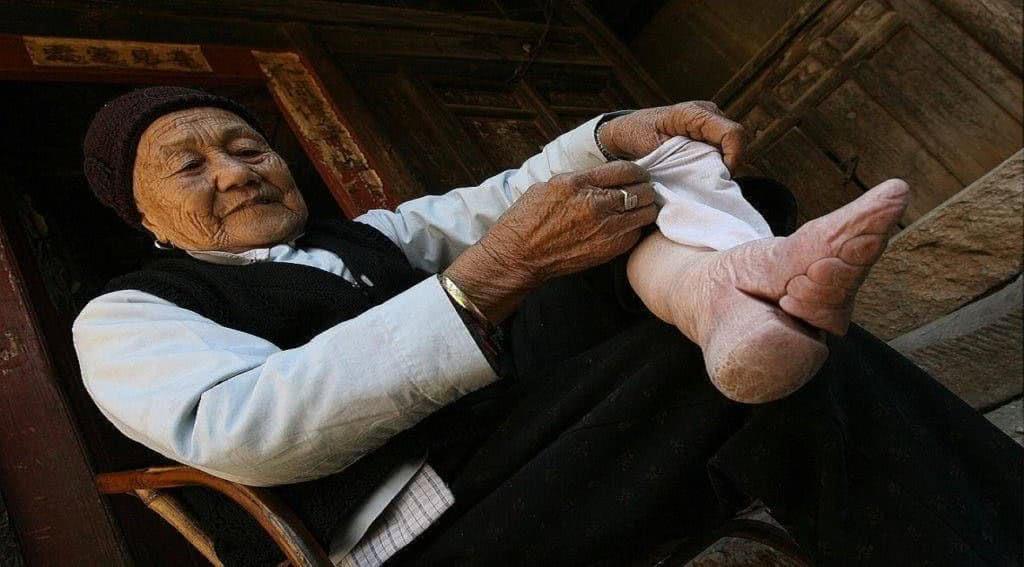 κινέζα δείχνει τα πόδια της