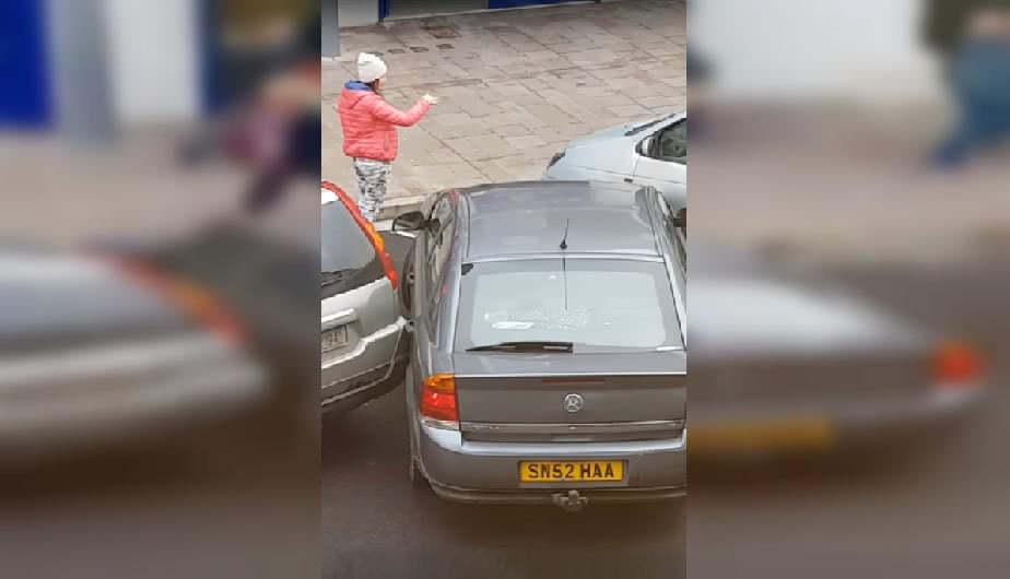 κοπέλλα βοηθάει παρκάρισμα