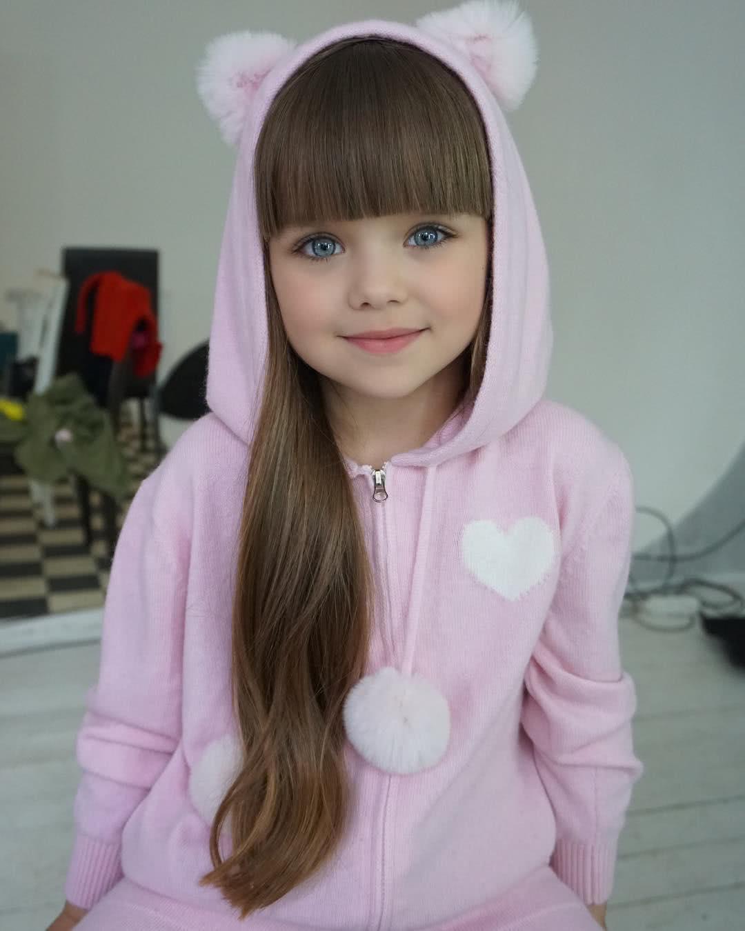 το κοριτσάκι με φόρμα