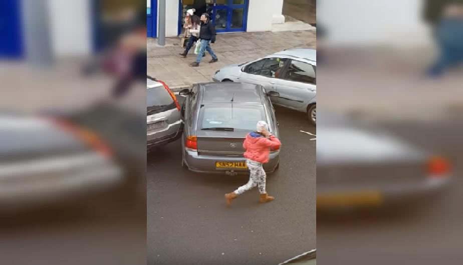 κορίτσι πίσω από αμάξι