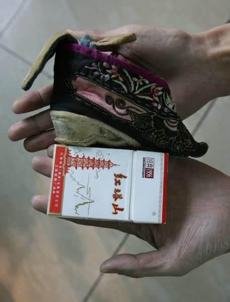 πακέτο τσιγάρων και παπούτσι