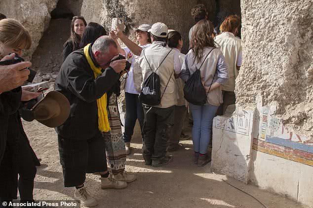 τουρίστες μπαίνουν σε αιγυπτιακό ναό