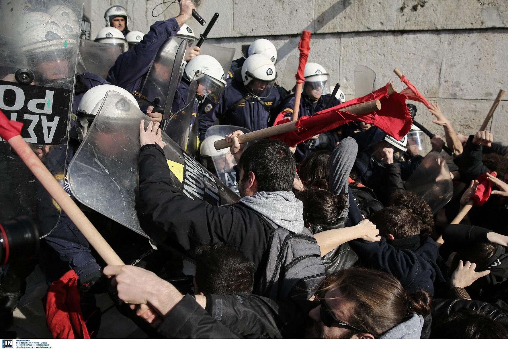 συμπλοκή διαδηλωτών με ματ