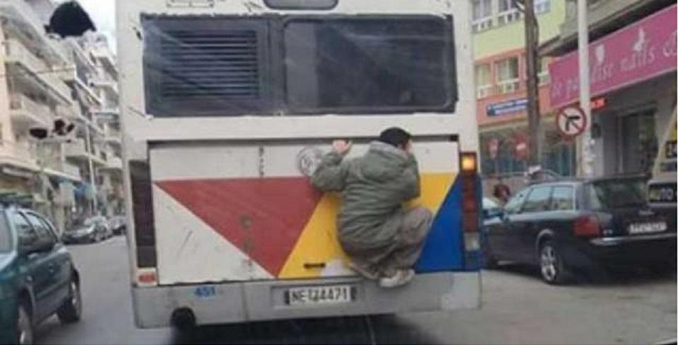 νεαρός πίσω από λεωφορείο