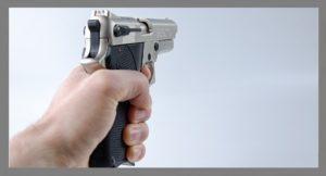 άνδρας με πιστόλι