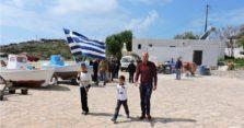 παρέλαση δάσκαλος με δύο μαθητές την 25η Μαρτίου