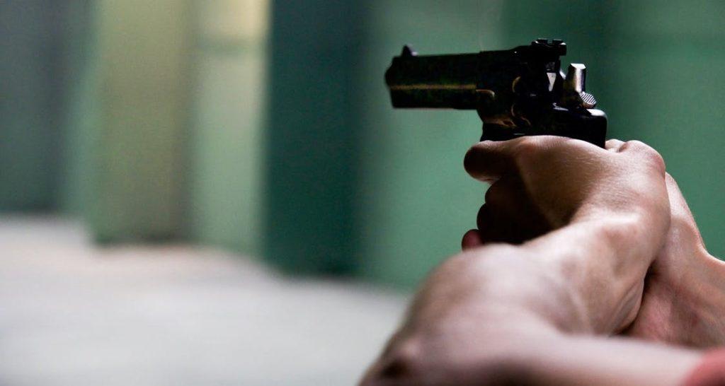 άνδρας με όπλο