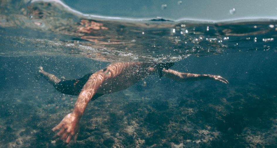 άνδρας κολύμπι
