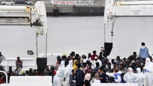 Ιρλανδικό πλοίο αποβίβασε 106 μετανάστες στη Μεσίνα της Σικελίας