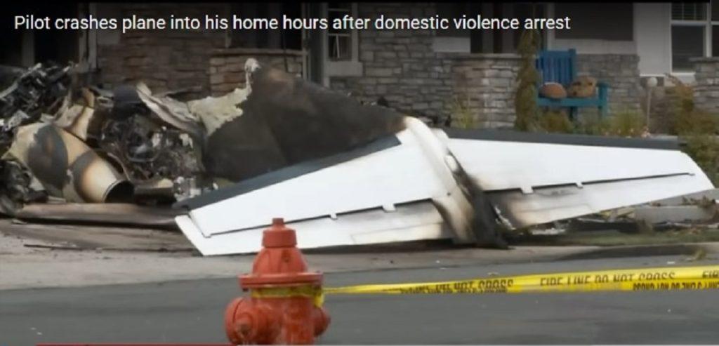 αεροπλάνο πέφτει σε σπίτι