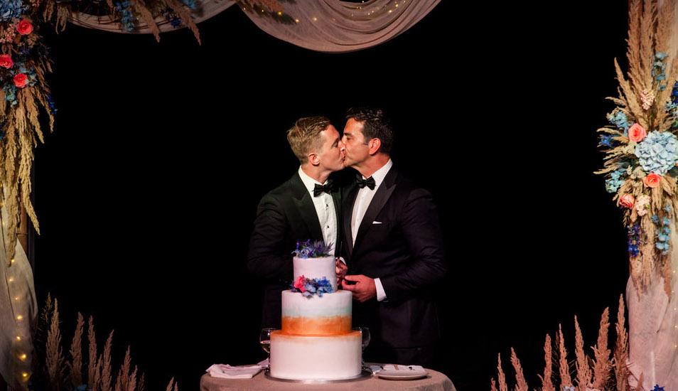 φιλί μεταξύ ανδρών